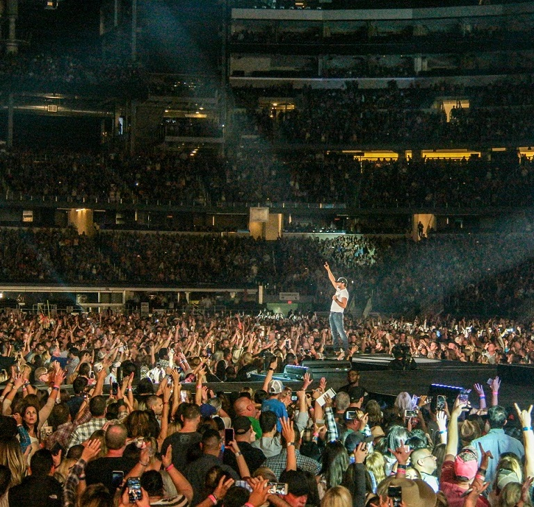 "Luke Bryan Wraps  ""Kill The Lights Tour""  With Back to Back Sold Out Stadium Shows & 1.6 Million Fans in 2016"