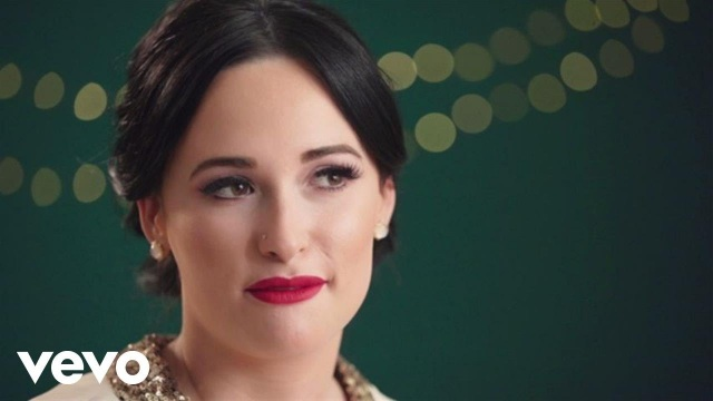 Kacey Musgraves – Feliz Navidad (In The Studio) ft. Willie Nelson