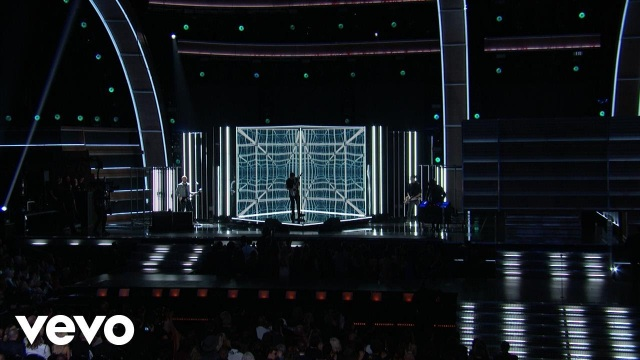 Keith Urban – The Fighter (Grammy Performance) ft. Carrie Underwood
